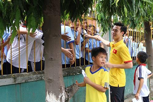 ĐT Việt Nam: Hàng trăm em nhỏ chờ xin chữ ký Công Vinh - 12
