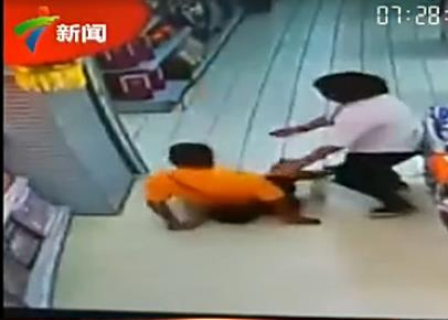 TQ: Đang chơi đùa, bố ngã ngửa đè chết con trai - 2