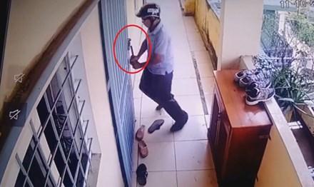 Camera ghi cảnh trộm vờ bấm chuông, bẻ khóa lẻn vào nhà - 1
