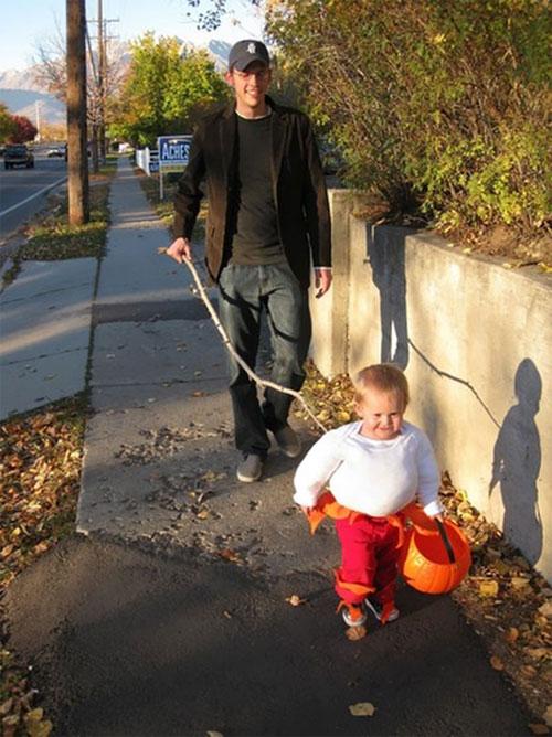 Học ông bố bà mẹ cho bé đi chơi Halloween - 7