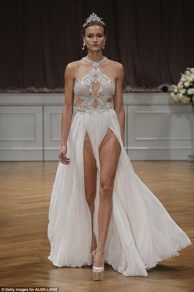 """Nín thở trước cô dâu mặc váy cưới """"mỏng như không"""" - 3"""