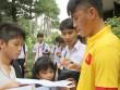 ĐT Việt Nam: Hàng trăm em nhỏ chờ xin chữ ký Công Vinh