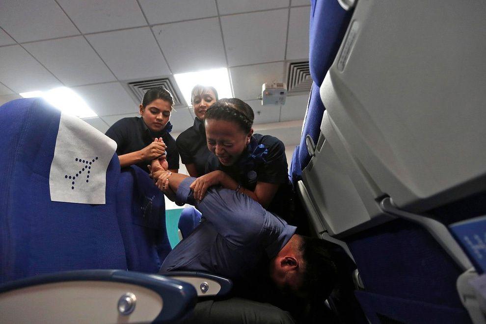 Đang đi máy bay, khách nam cởi hết quần áo rồi kêu cứu - 1
