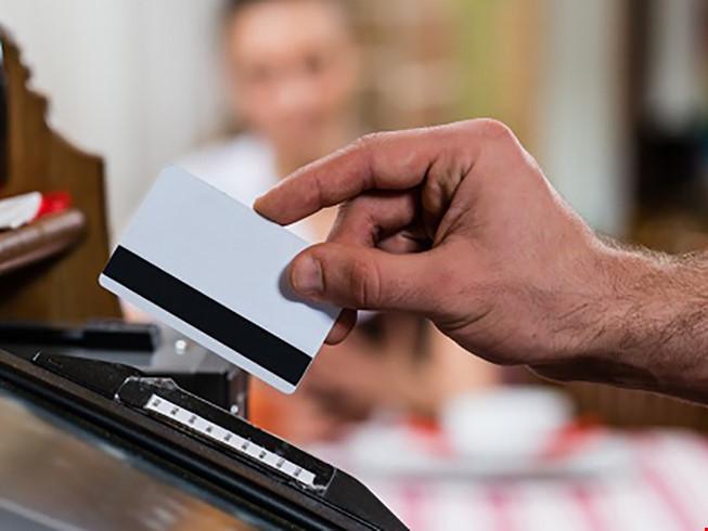 Quẹt thẻ bị mất gần 700 triệu: Yêu cầu khởi tố vụ án - 1