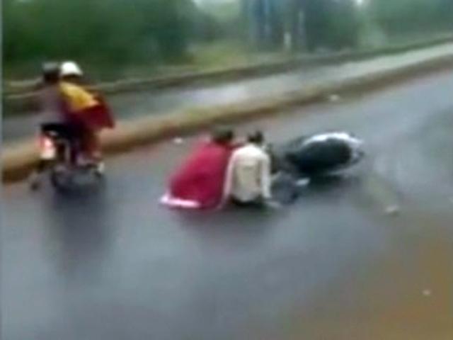 Clip: Hàng chục xe máy bị quật ngã vì đường dính dầu - 1