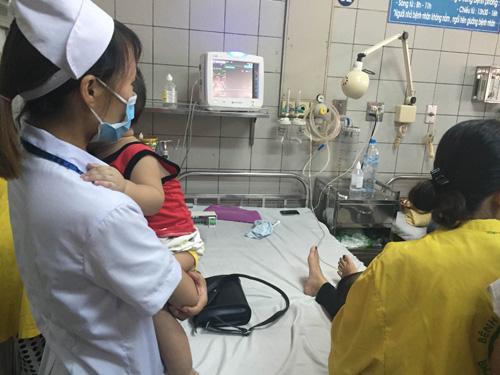 Bé trai 2 tuổi bị máy xay nghiến nát bàn tay - 1
