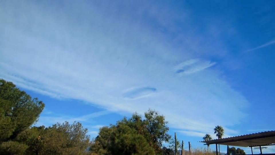 Lộ đĩa bay tàng hình trong đám mây ở Mỹ? - 1