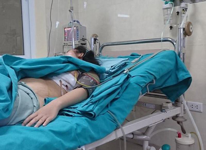 Đang chạy xe, cô gái bị kim loại bay cắm vào ngực - 2