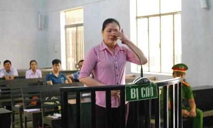 Bị xử chạy án, nữ bị cáo khai có clip nóng với kiểm soát viên - 1