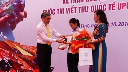 Trao giải nhất cuộc thi viết thư Quốc tế UPU lần thứ 45 - 1