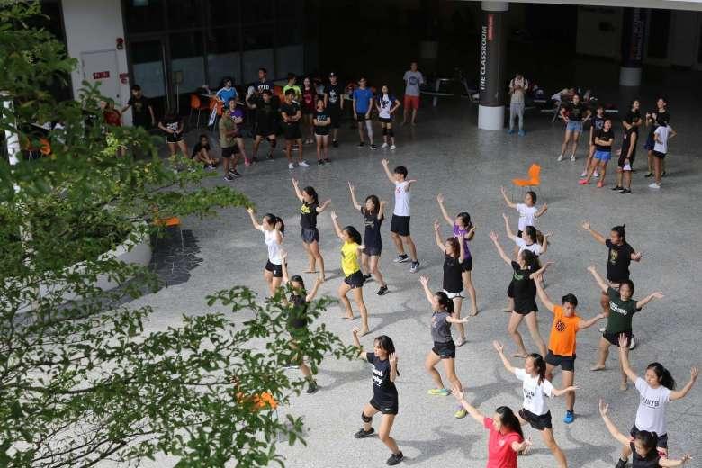 """Sinh viên Đài Loan khiếp đảm vì bị """"ma cũ"""" ép liếm giày - 2"""