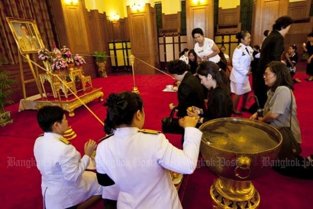 Ảnh: Dân Thái Lan xếp hàng dài đón linh cữu quốc vương - 3