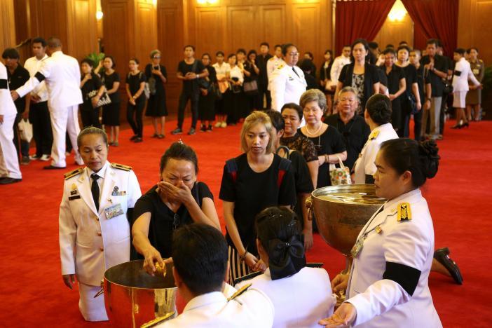 Ảnh: Dân Thái Lan xếp hàng dài đón linh cữu quốc vương - 2