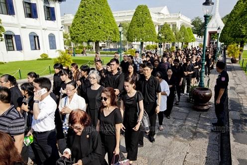 Ảnh: Dân Thái Lan xếp hàng dài đón linh cữu quốc vương - 1