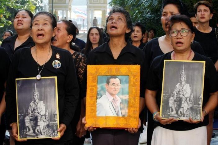 Ảnh: Dân Thái Lan xếp hàng dài đón linh cữu quốc vương - 8