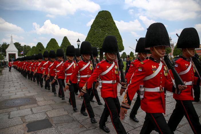 Ảnh: Dân Thái Lan xếp hàng dài đón linh cữu quốc vương - 6