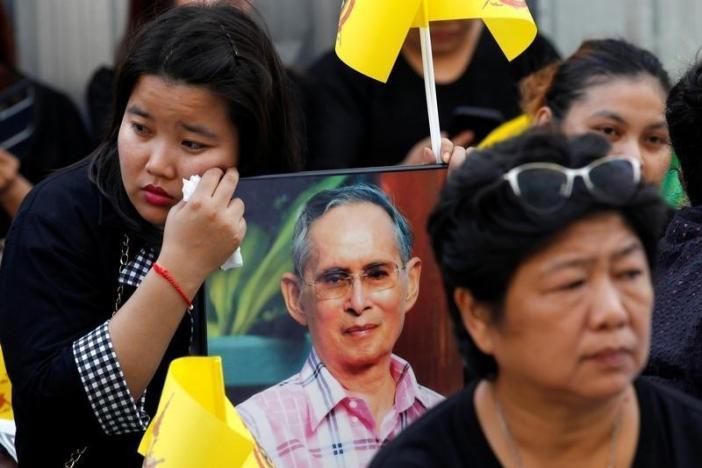 Ảnh: Dân Thái Lan xếp hàng dài đón linh cữu quốc vương - 9