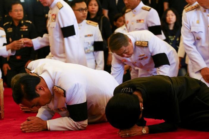 Ảnh: Dân Thái Lan xếp hàng dài đón linh cữu quốc vương - 4