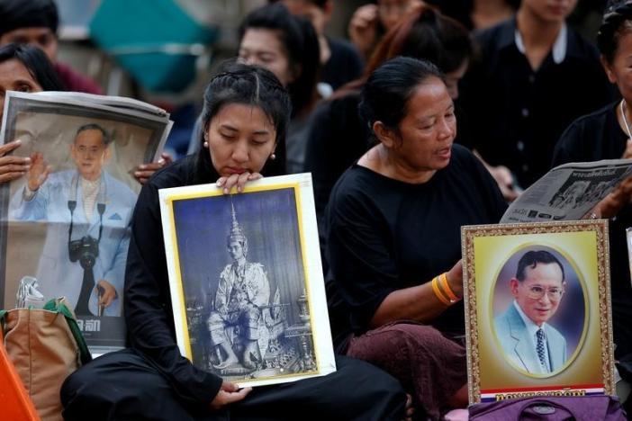 Ảnh: Dân Thái Lan xếp hàng dài đón linh cữu quốc vương - 10