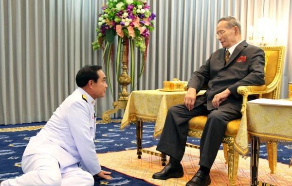 Vì sao tướng lĩnh phải quỳ phục dưới chân vua Thái Lan? - 1