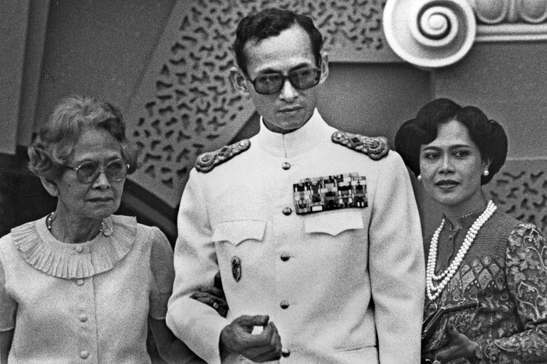 Vì sao tướng lĩnh phải quỳ phục dưới chân vua Thái Lan? - 3