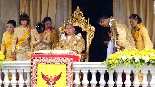 Vì sao tướng lĩnh phải quỳ phục dưới chân vua Thái Lan? - 4