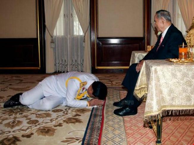 Vì sao tướng lĩnh phải quỳ phục dưới chân vua Thái Lan? - 5