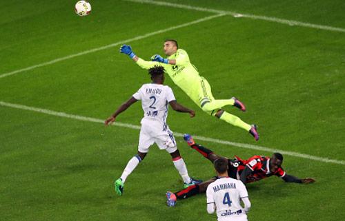 Balotelli hôn gió đối thủ rồi trượt penalty - 1