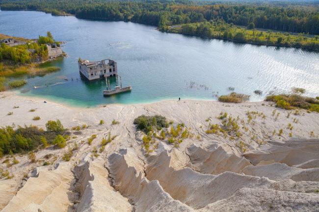 Nhà tù bỏ hoang dưới hồ nước tại thị trấn Rummu ở Estonia là địa điểm bơi lặn lý tưởng dành cho du khách.
