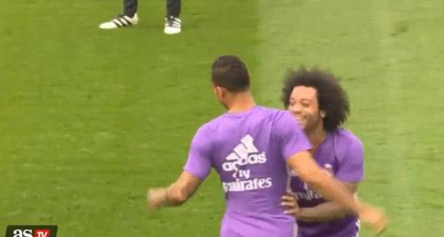 """Ronaldo bị hậu vệ """"xâu kim"""", cay cú đá bóng vào nhà báo - 1"""