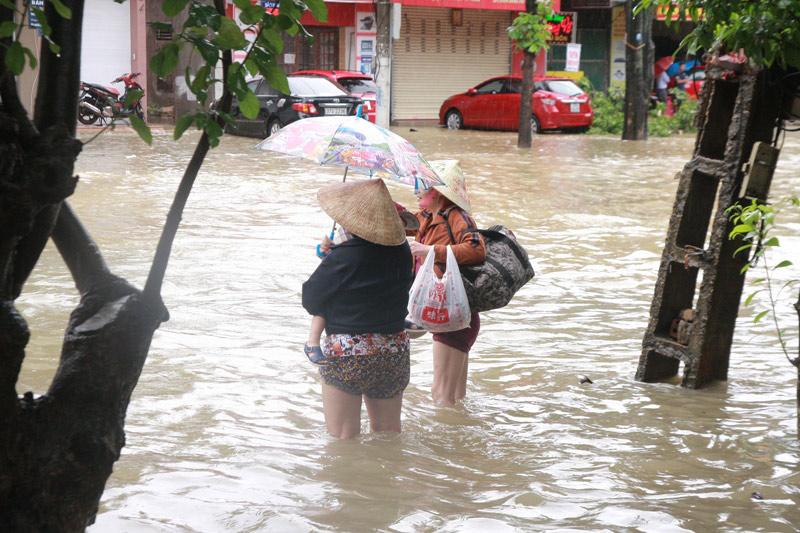 Nghệ An chìm trong biển nước, dân bỏ nhà chạy lũ - 3