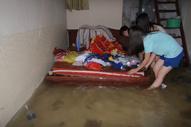 Nghệ An chìm trong biển nước, dân bỏ nhà chạy lũ - 10