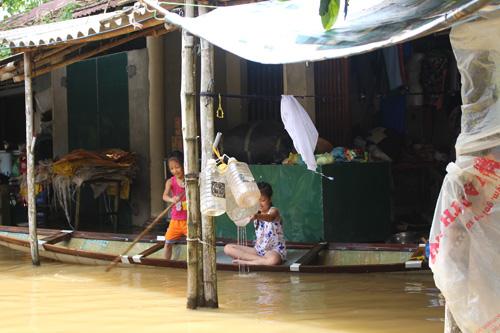 Ảnh: Nước mênh mông, người Huế đi thuyền từ nhà ra ngõ - 7