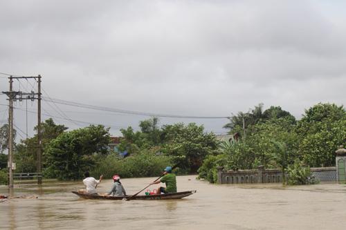Ảnh: Nước mênh mông, người Huế đi thuyền từ nhà ra ngõ - 3
