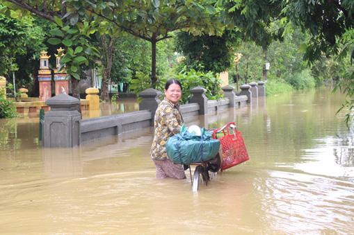 Ảnh: Nước mênh mông, người Huế đi thuyền từ nhà ra ngõ - 2