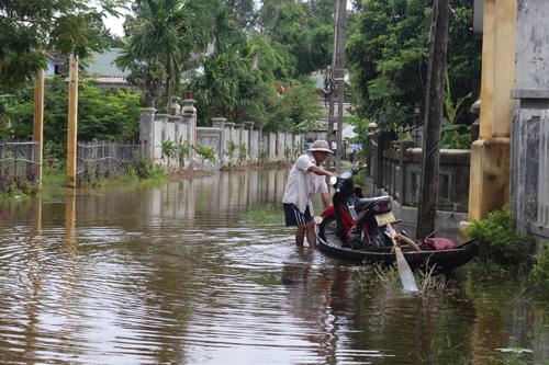 Ảnh: Nước mênh mông, người Huế đi thuyền từ nhà ra ngõ - 4
