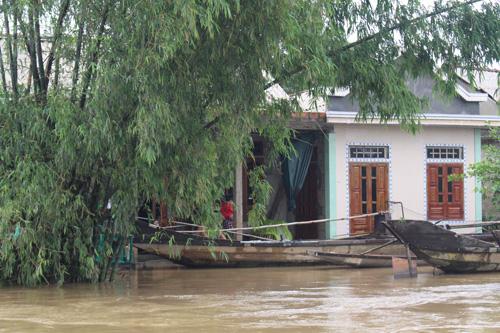 Ảnh: Nước mênh mông, người Huế đi thuyền từ nhà ra ngõ - 10