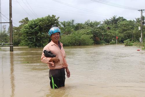 Ảnh: Nước mênh mông, người Huế đi thuyền từ nhà ra ngõ - 12