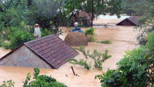 Chùm ảnh: Dân bám nóc nhà tránh lũ ở Quảng Bình - 1