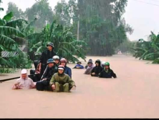 Chùm ảnh: Dân bám nóc nhà tránh lũ ở Quảng Bình - 4