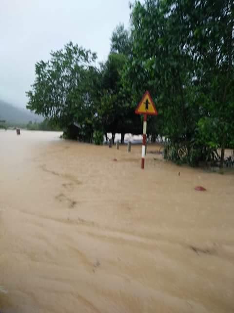 Chùm ảnh: Dân bám nóc nhà tránh lũ ở Quảng Bình - 5