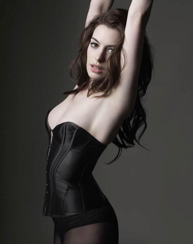 Anne Hathawaylà một trong những nữ diễn viên bạo nhất Hollywood vì không ngại đóng cảnh nóng. Cô cũng không cần diễn viên đóng thế vì cho rằng điều này chỉ đơn giản là công việc.