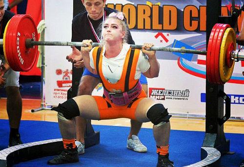"""""""Hoa hậu cơ bắp"""" lập kỷ lục gánh 215kg, nâng 190kg - 1"""