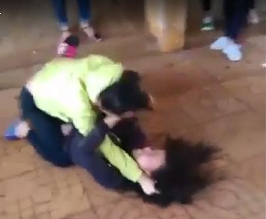 Nữ sinh lớp 8 đánh nhau với bạn trong tiếng reo hò - 1