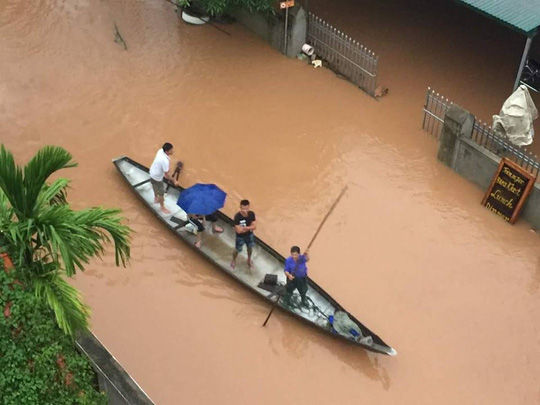 Lũ vẫn dâng trên các sông, miền Trung vật lộn với nước - 4