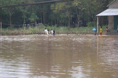Lũ vẫn dâng trên các sông, miền Trung vật lộn với nước - 7