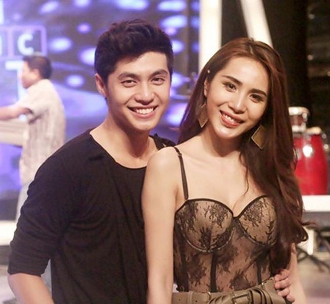 Noo Phước Thịnh và Thủy Tiên có quan hệ tình cảm thân thiết trong showbiz Việt. Cả hai thường xuyên đi diễn chung và có nhiều cảnh tình tứ với nhau trên sân khấu cũng như MV ca nhạc.