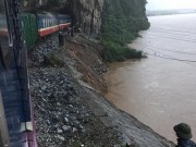 Tin tức trong ngày - Tàu SE 19 chở 160 người mắc kẹt trong lũ dữ Quảng Bình
