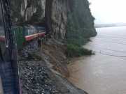 Tin tức trong ngày - Clip: Giải cứu 132 hành khách tàu SE19 mắc kẹt ở Quảng Bình
