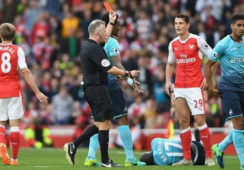 Arsenal: Xhaka lập kỉ lục thẻ đỏ, Wenger vẫn bênh vực - 1
